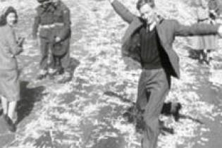 Celebrations after peace is declared in Sydney, 15 August 1945. Courtesy Cinesound-Movietone Productions. [Click the image to view the clip]